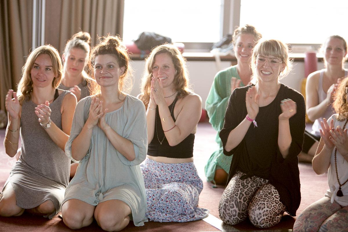 Teilnehmerinnen der Yoga Conference Germany 2018 klatschen
