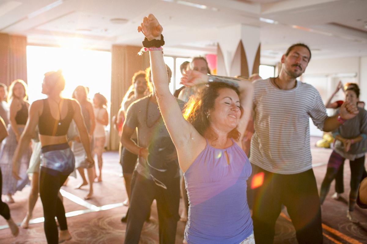 tanzende Teilnehmer der Closing Ceremony bei der Yoga Conference Germany 2018