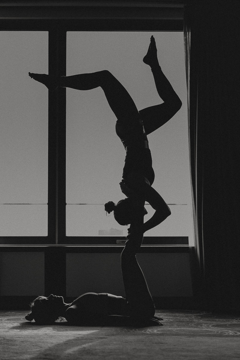 schwarz-weiss Aufnahme einer schwierigen Yoga Pose von 2 Frauen bei der Yoga Conference Germany 2018