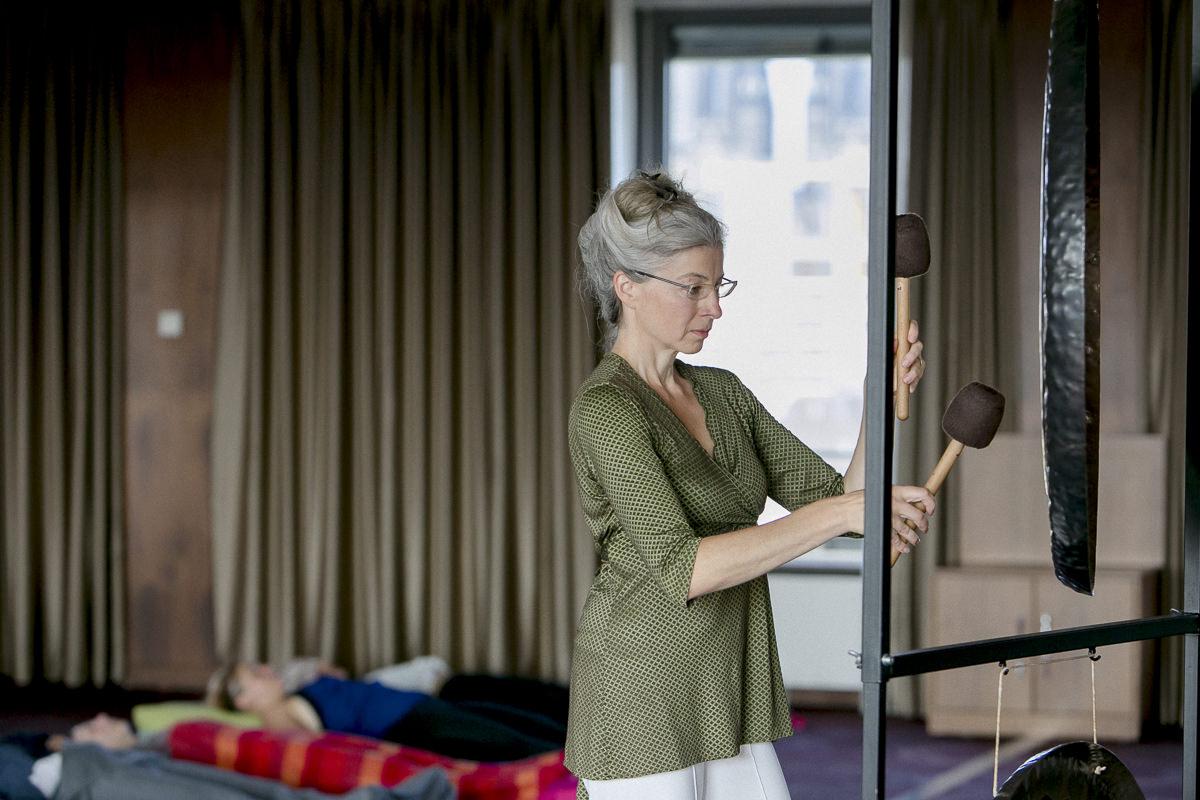 Kay Karl bei ihrem Gong Klangbad während der Yoga Conference Germany 2018