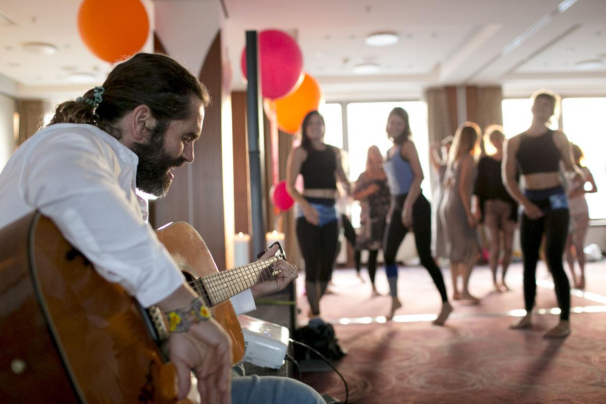 Yoga Lehrer Krishnataki spielt Gitarre bei der Yoga Conference Germany 2018