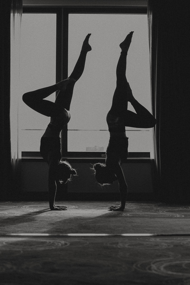 2 Frauen machen die identische Yoga Pose bei der Yoga Conference Germany 2018