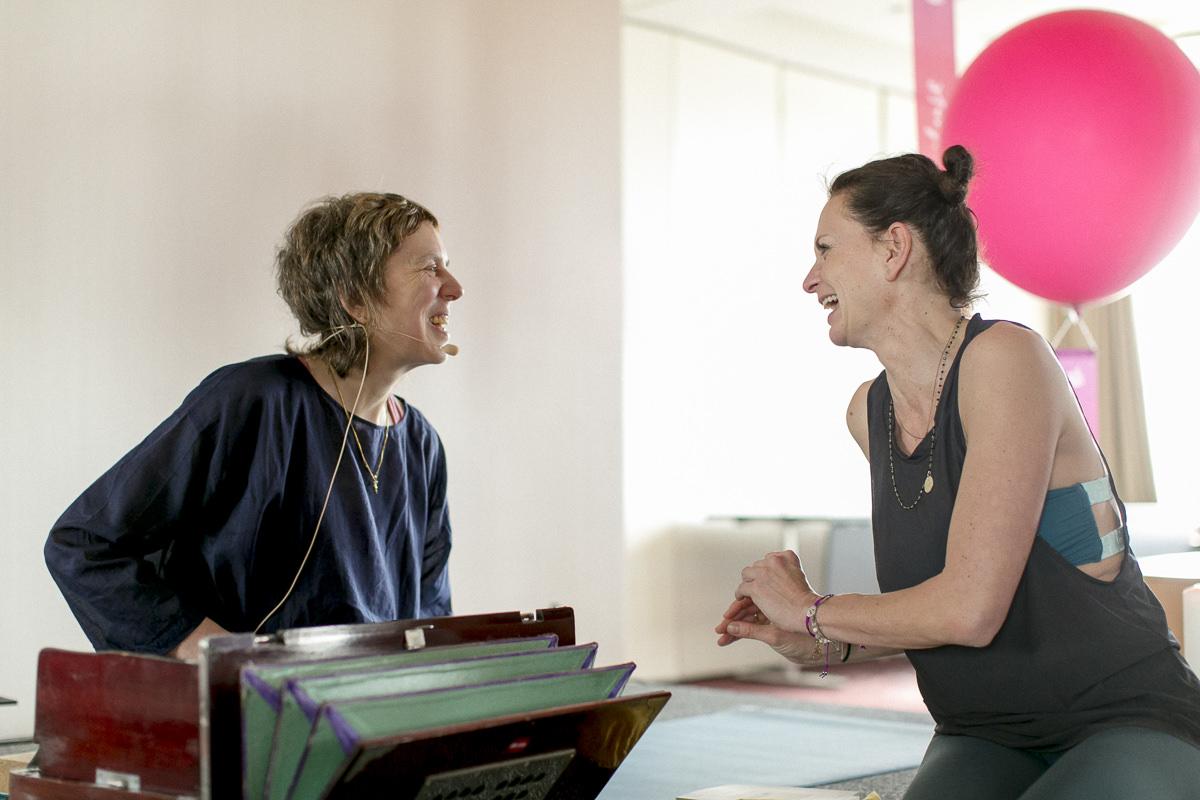die Yogalehrer Lady Ruth und Nicole Bongartz lachen bei der Yoga Conference Germany 2018