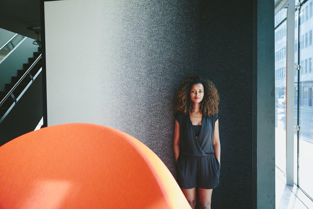 Portraitfoto einer jungen Frau in der DesignPost in Köln