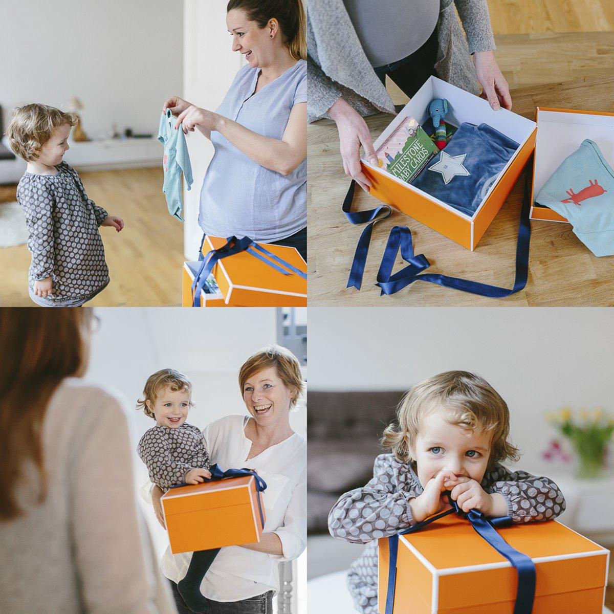 Werbefoto von Mutter und Kind beim Auspacken eines Geschenks der Firma gifts to grow | Foto: Hanna Witte