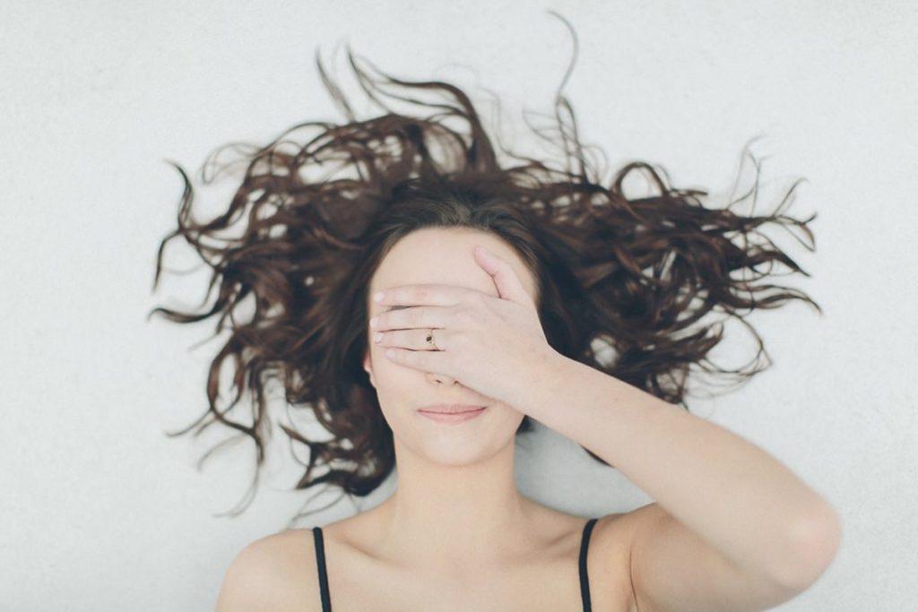 Portraitfoto von einer Frau, die sich die Hand vor ihr Gesicht hält | Foto: Hanna Witte