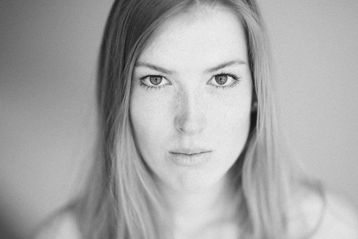 schwarz-weißes Close-Up einer jungen Frau | Foto: Hanna Witte