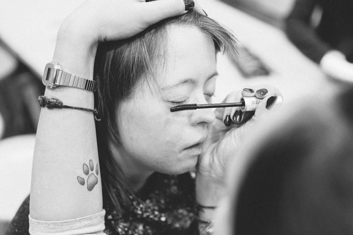 Foto einer jungen Frau mit Don-Syndrom, die geschminkt wird | Foto: Hanna Witte