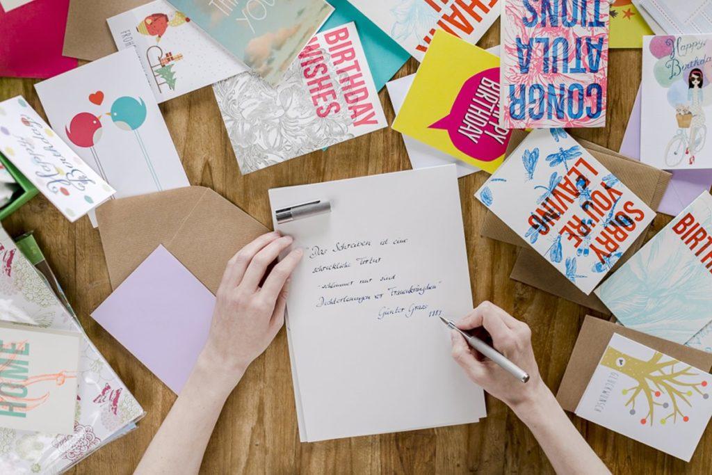 Foto von einer Frau beim Schreiben einer persönlichen Grußkarte | Foto: Hanna Witte