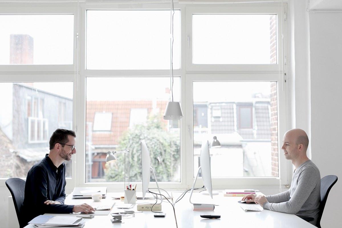 Businessfoto von den Inhabern der Designagentur Ditho am Schreibtisch | Foto: Hanna Witte