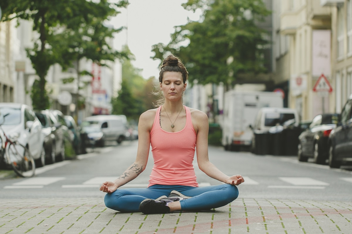 Foto von einer Frau beim Yoga auf der Straße | Foto: Hanna Witte