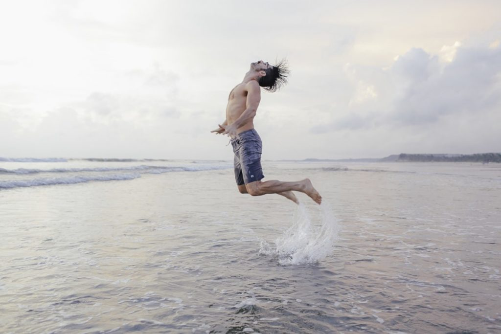 Foto von einem Mann bei einem Sprung im Meer von Goa | Foto: Hanna Witte