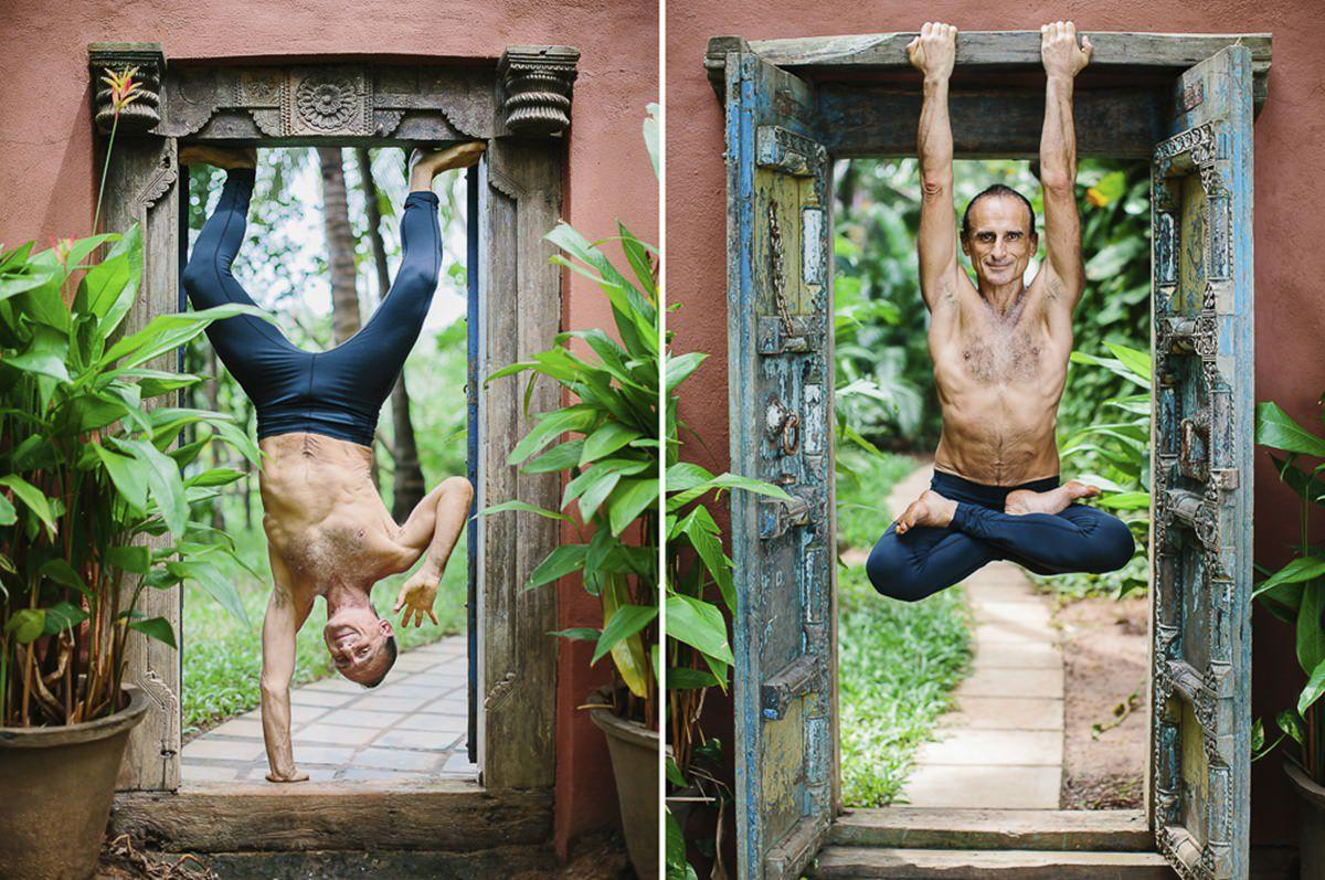 Foto von einem Mann bei Yogaübungen an einer Tür | Foto: Hanna Witte