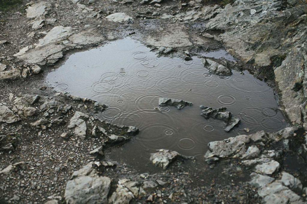 Foto einer Regenpfütze zwischen Steinen | Foto: Hanna Witte