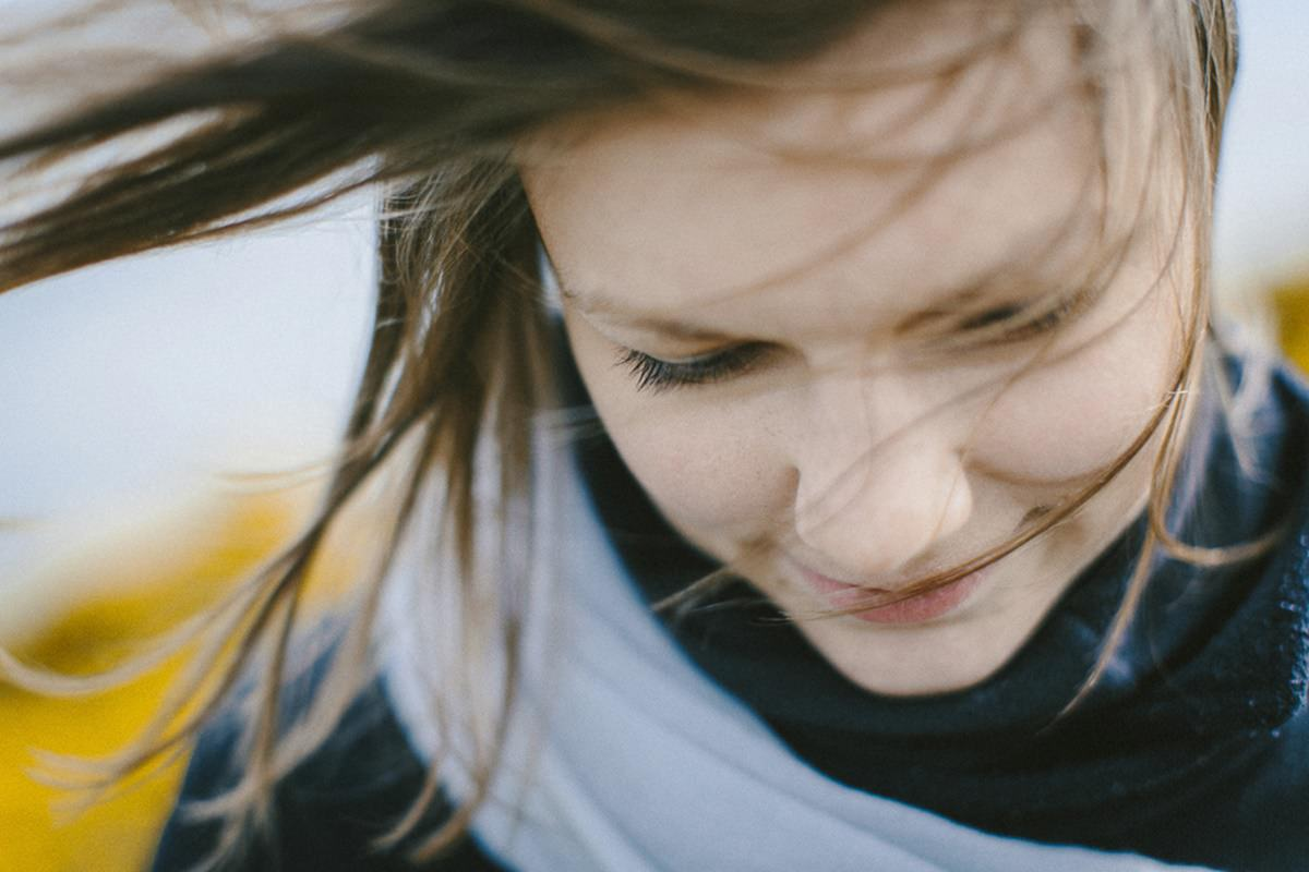 Nahaufnahme einer jungen Frau, deren Haar im Wind weht | Foto: Hanna Witte