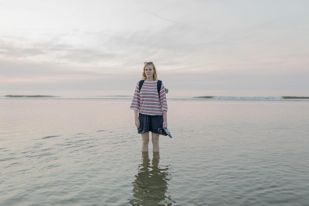 Fotografin Hanna Witte steht im Wasser