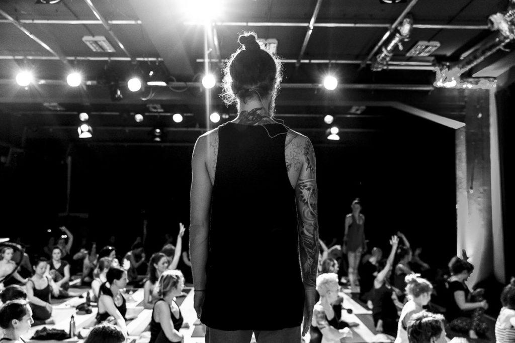 Rückenansicht von Yoga Lehrer Roland Jensch beim The Groove Yoga Festival | Foto: Hanna Witte