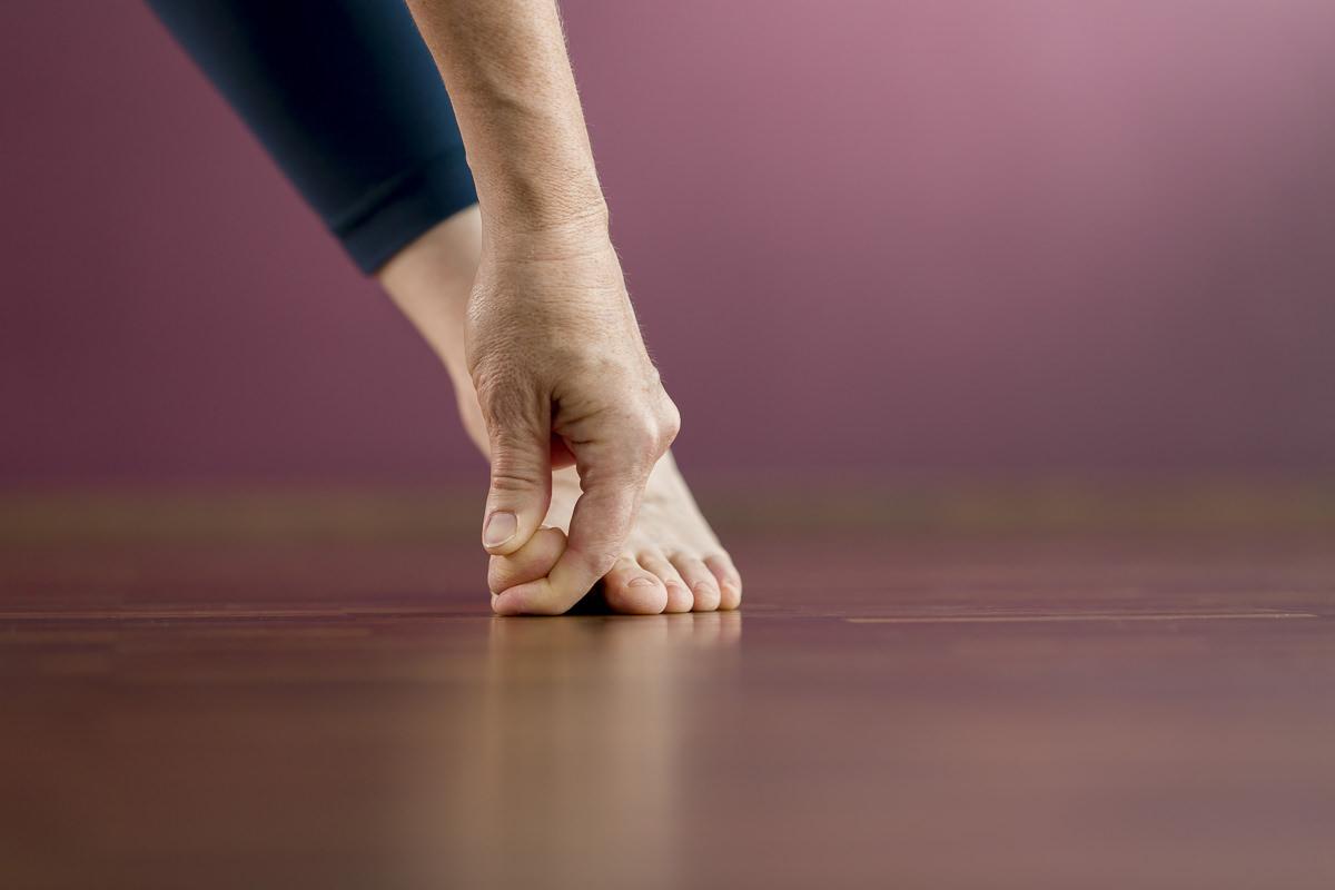 Foto einer Yoga Pose, bei der die Hand den Fuß berührt | Foto: Hanna Witte