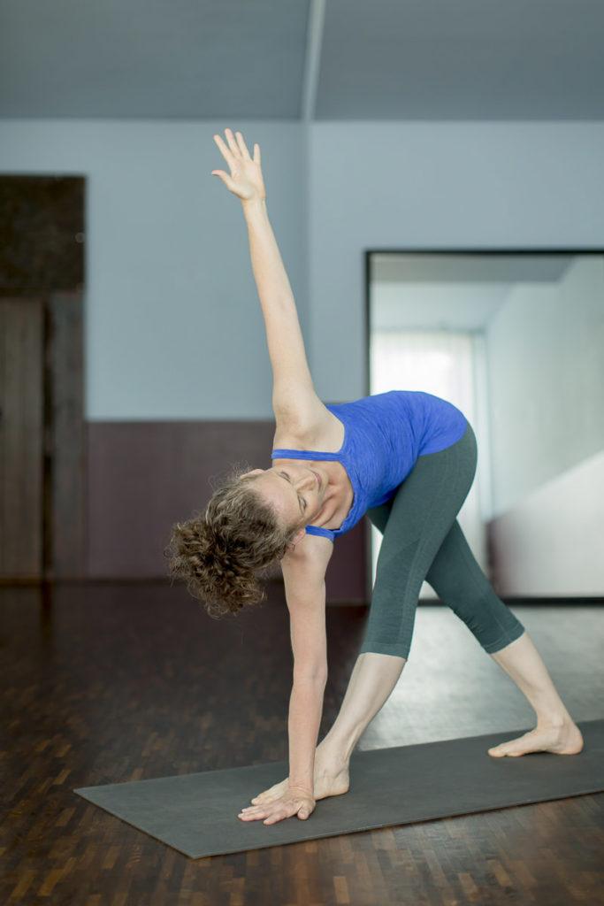 eine Yoga Lehrerin der Kölner Yoga Schule Ginger Up macht ein Asana vor | Foto: Hanna Witte