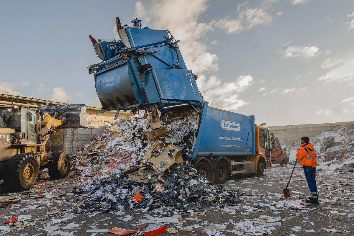 ein Müllfahrzeug kippt Müll aus auf dem Gelände von der Bartscherer & Co Recycling GmbH | Foto: Hanna Witte