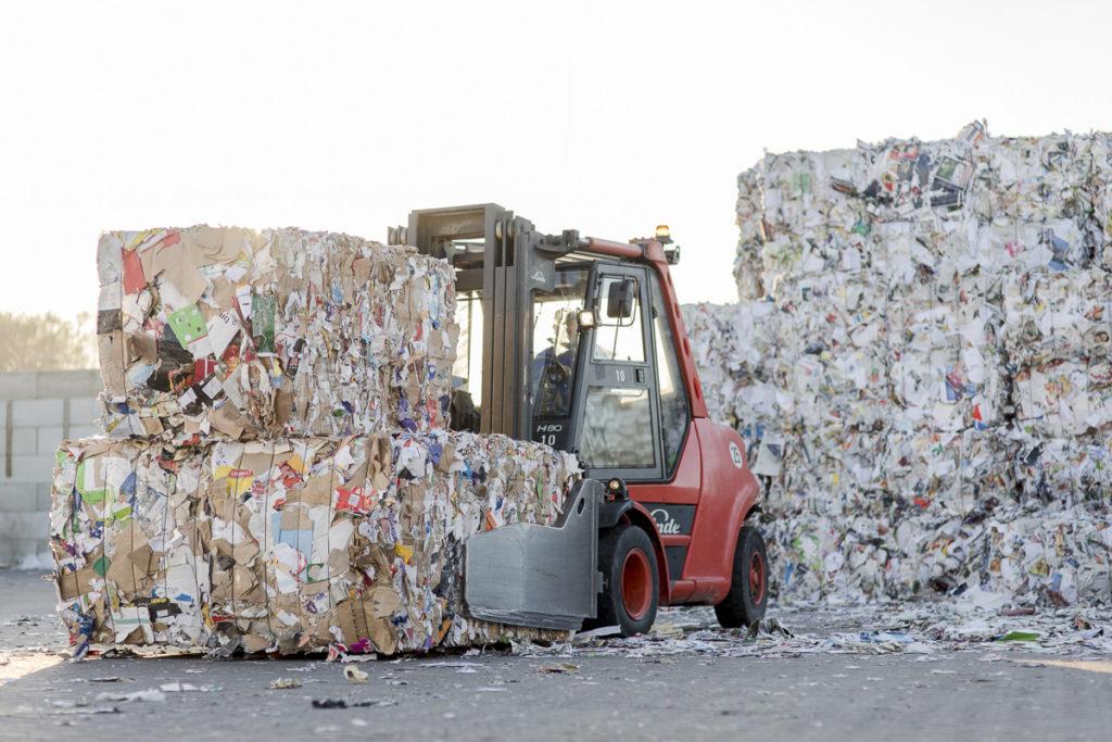 ein Gabelstapler transportiert Müll auf dem Gelände von der Bartscherer & Co Recycling GmbH | Foto: Hanna Witte