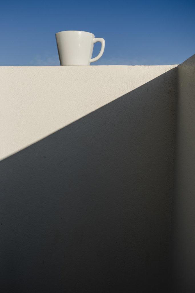eine weiße Tasse steht auf einer Mauer | Foto: Hanna Witte