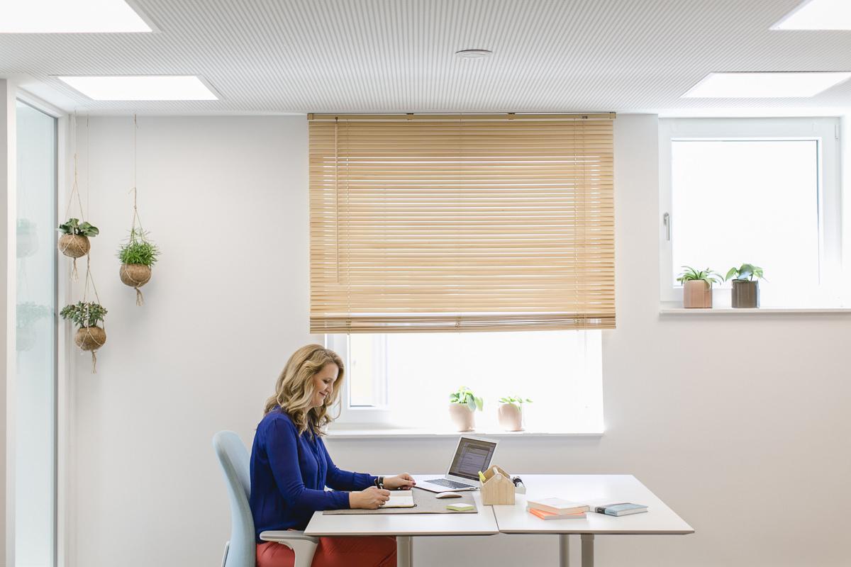die selbstständige Unternehmerin Maaike Tiedge arbeitet an ihrem Schreibtisch | Foto: Hanna Witte