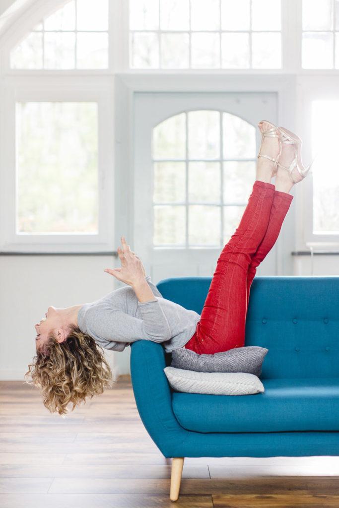 Portraitfoto von Yogalehrerin Alexandra Hartfield in lustiger Pose | Foto: Hanna Witte