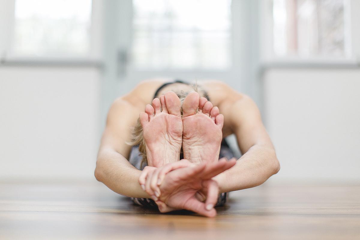 Yogalehrerin Alexandra Hartfield bei einem Yoga Asana | Foto: Hanna Witte