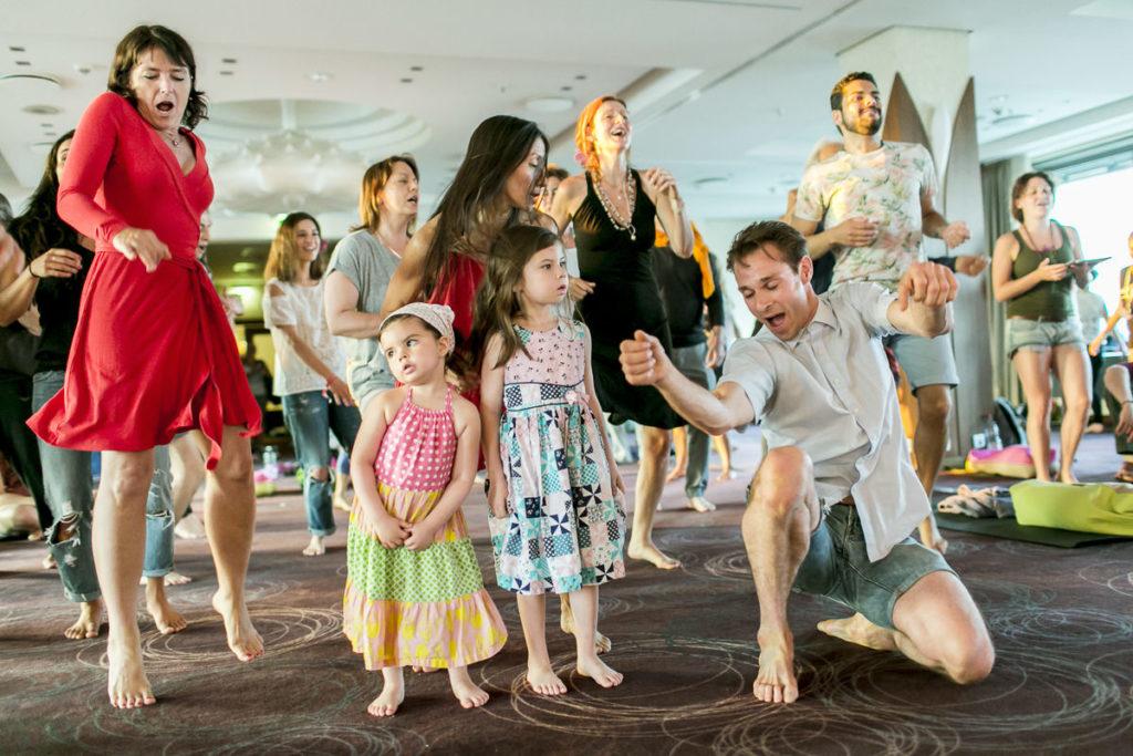 Teilnehmer tanzen bei der Abschlussfeier der Yoga Conference Köln 2017 | Foto: Hanna Witte