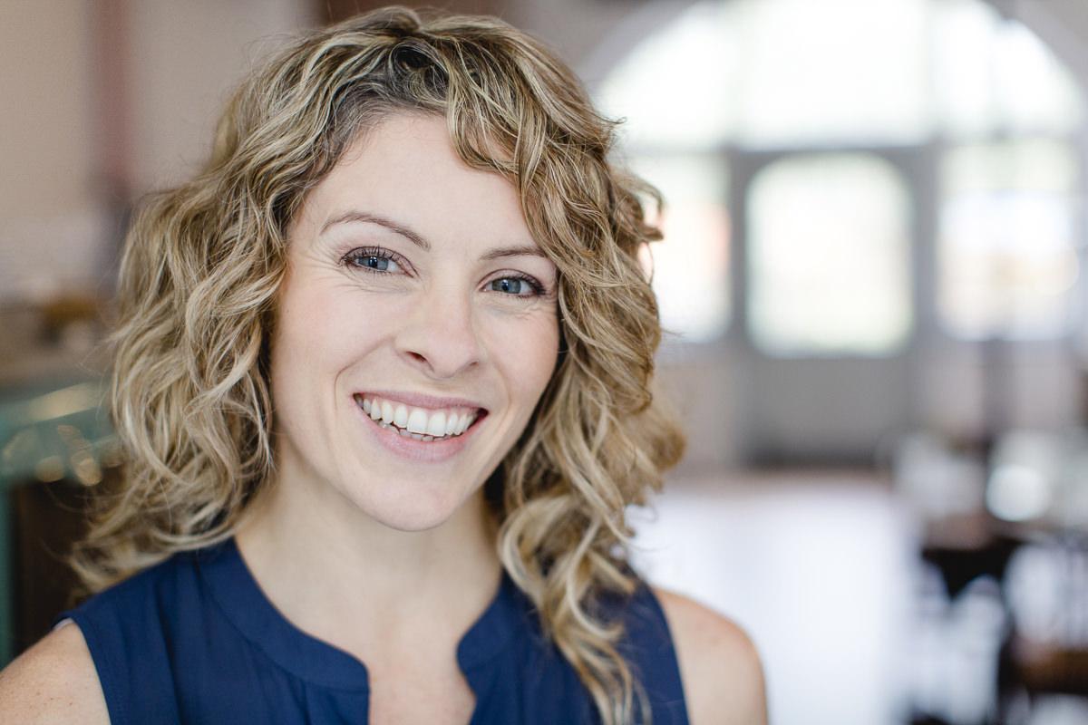 Freundliches Portraitfoto von Yogalehrerin Alexandra Harfield