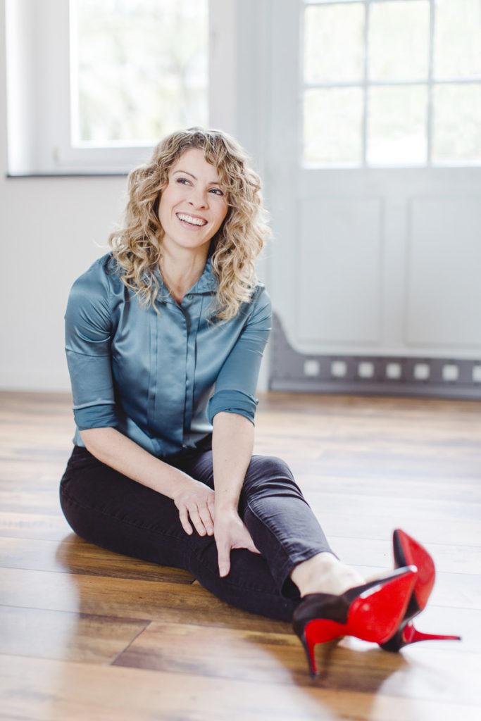 Strahlendes Portraitfoto von Yogalehrerin Alexandra Harfield