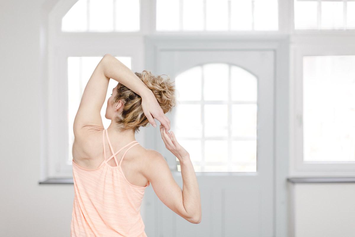 Portrait von Yogalehrerin Alexandra Harfield beim Dehnen