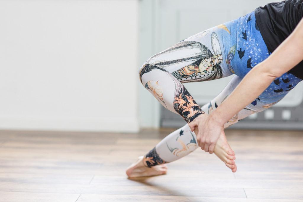 Portraitbild von Yogalehrerin Alexandra Harfield bei einer Yogaübung