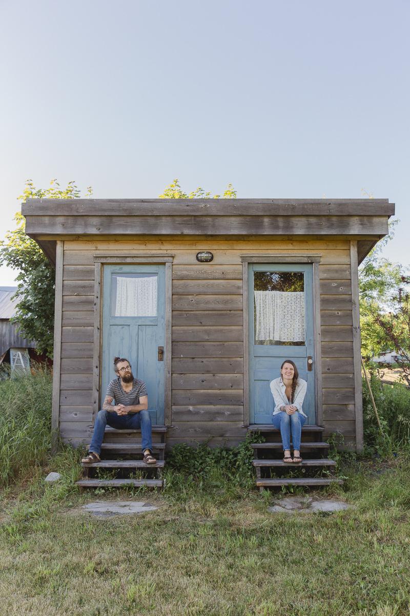 Liz Huntly und Roland Jensch vor ihrer Farm in Kanada