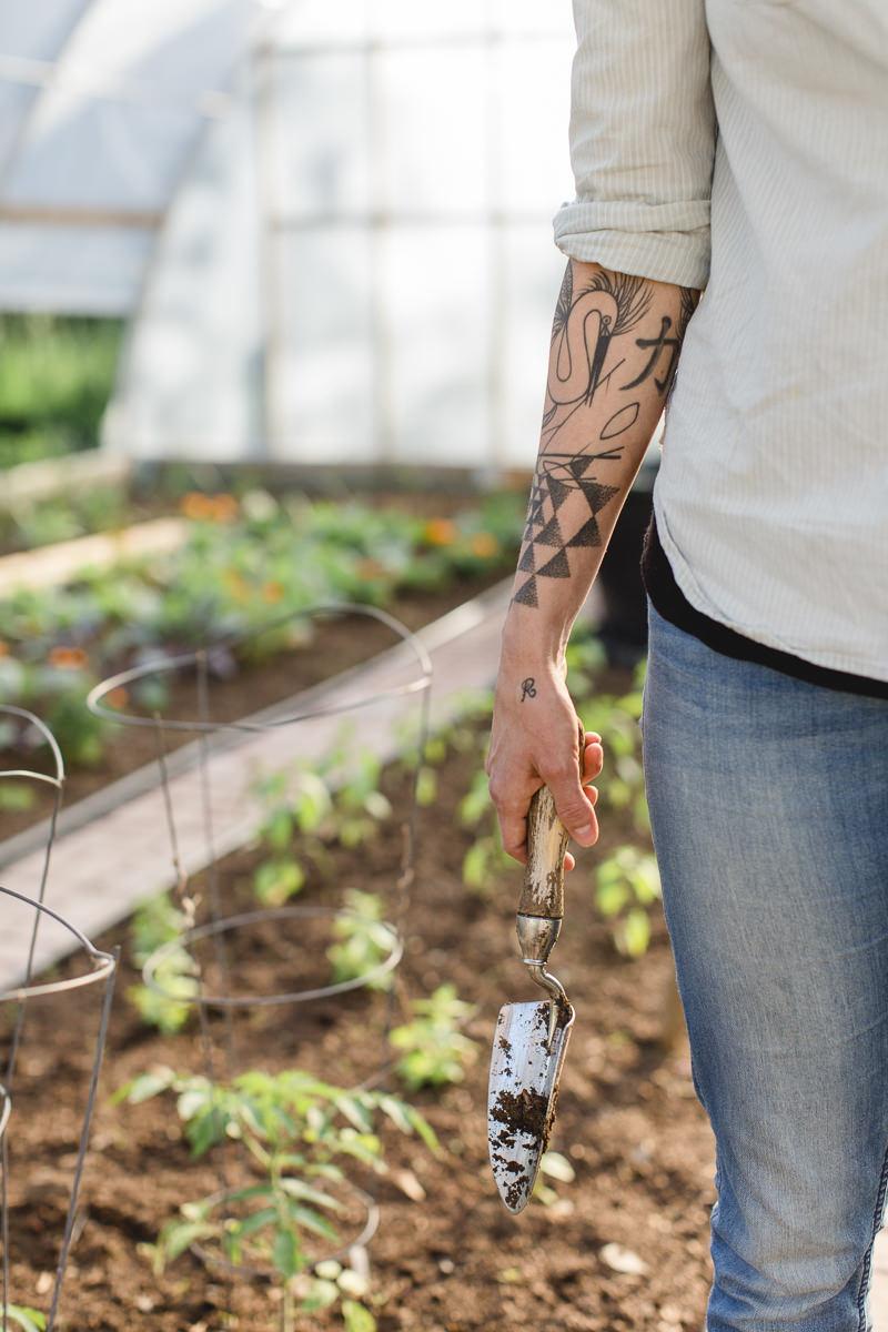 Liz Huntly bei der Gartenarbeit für ihre Farm in Kanada