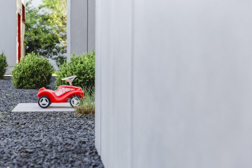 Rotes Bobby Car als Unternehmensfoto für einen Babyfachmarkt
