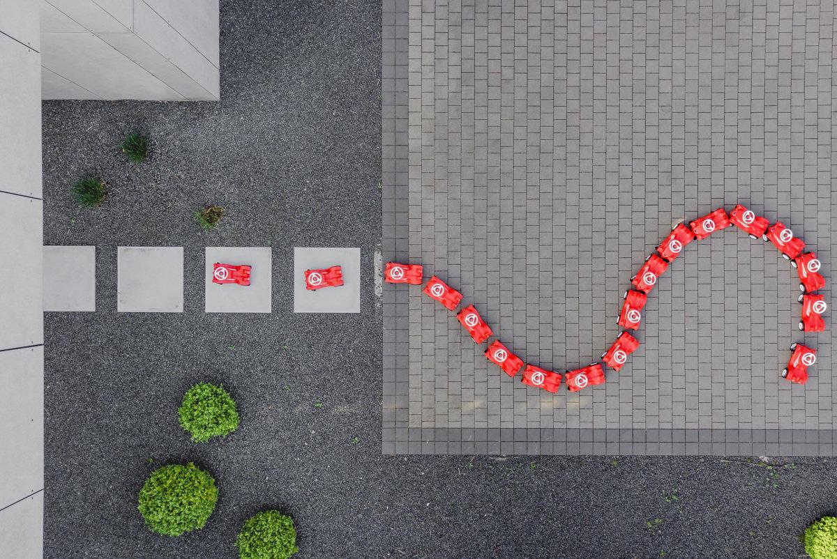 Bobby Cars in Form eines Fragezeichens von oben fotografiert