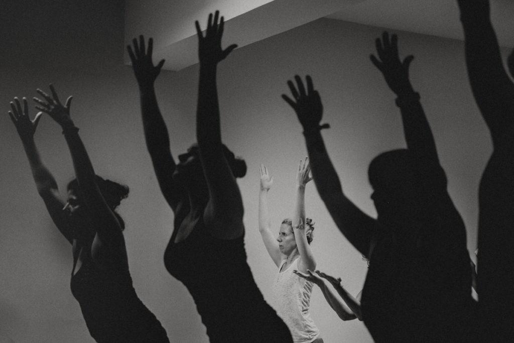 schwarz-weiss Foto eines Yogakurses bei der Yoga Conference Germany 2018