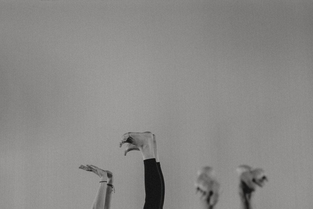 Füße in der Luft bei einer Yogaübung