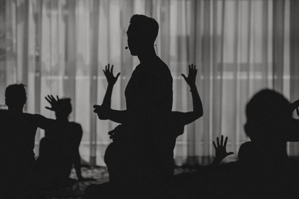 schwar-weiss Schatten-Foto von Yogalehrer Dylan Werner bei seinem Kurs auf der Yoga Conference Germany