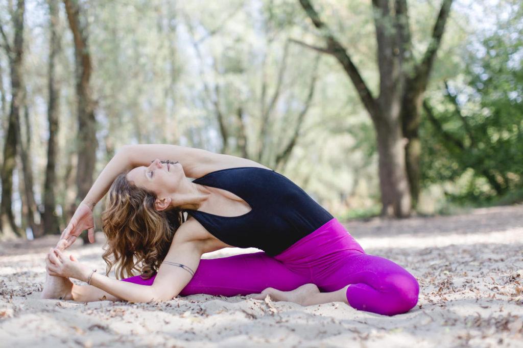 Yogafoto von Yogalehrerin Daniela Kourtidis bei einer Übung