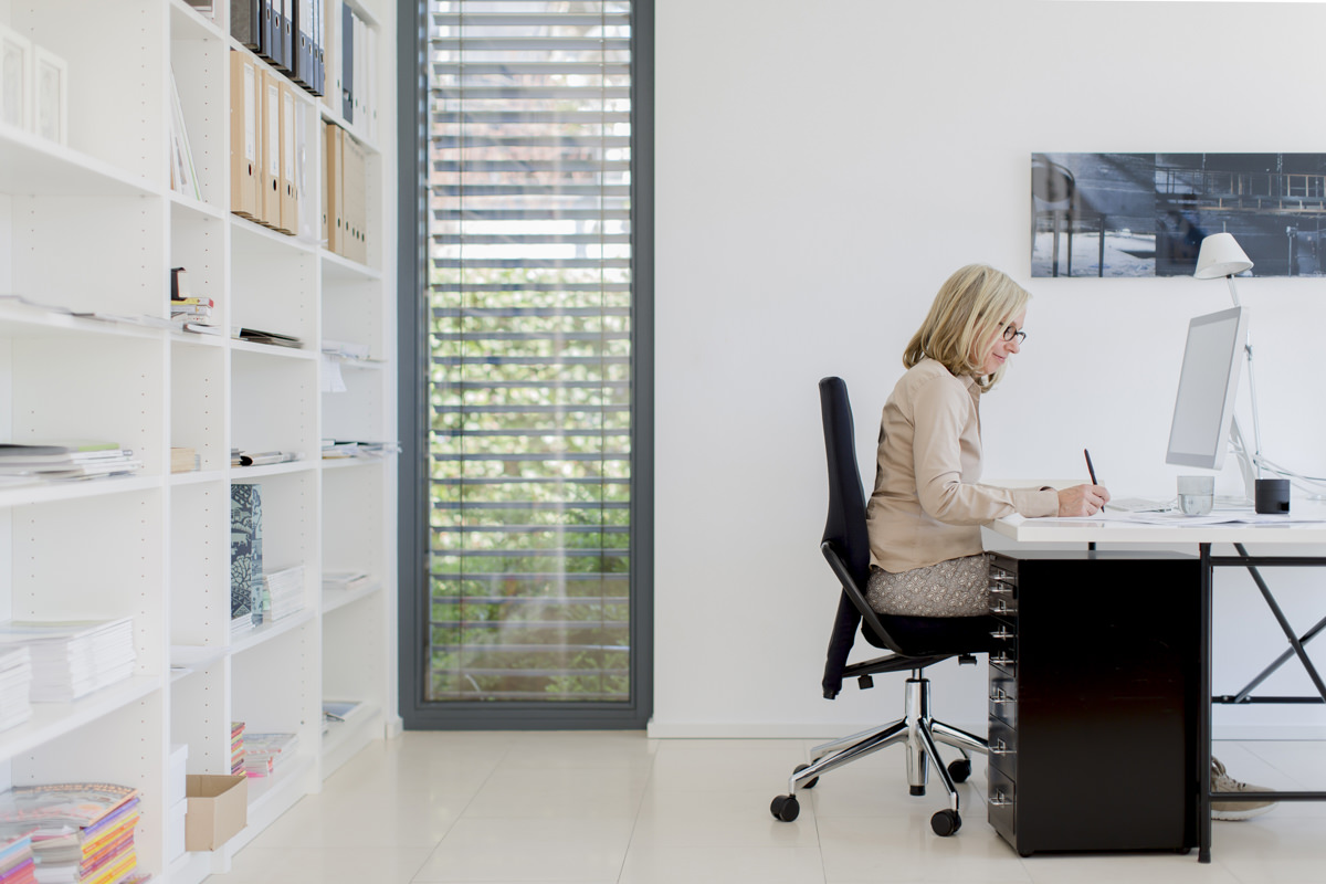 Businessportrait einer Innenarchitektin am Schreibtisch