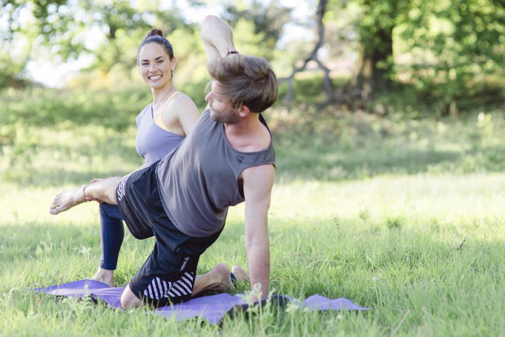Yogafoto von Yogalehrerin Tarsia Tharun mit einem Schüler bei einer Übung