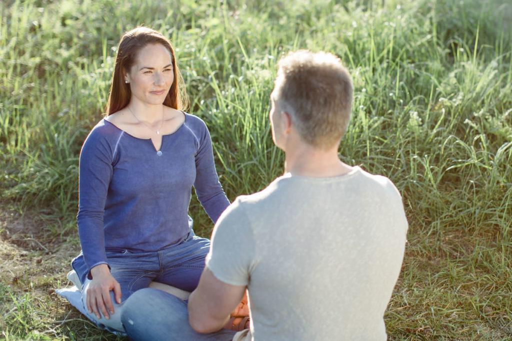 Tarsia Tharun bei einer integrativen Atemsitzung mit einem Kunden