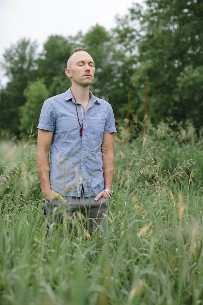 Portraitfoto von Musiker East Forest auf einer Wiese
