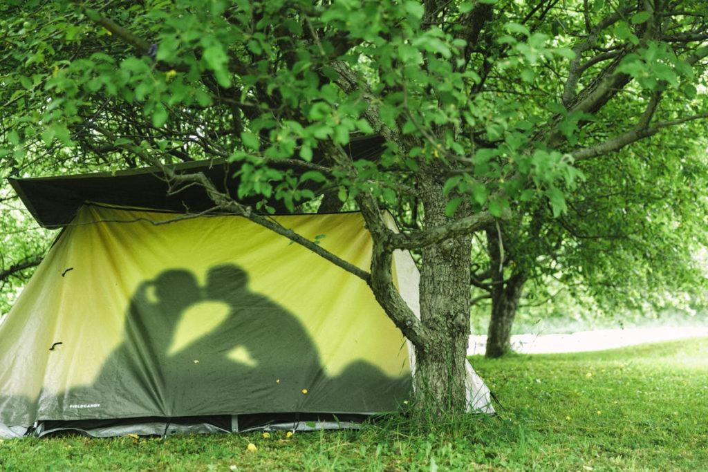 küssendes Paar in einem Zelt bei dem The Groove Yoga Festival in Kanada