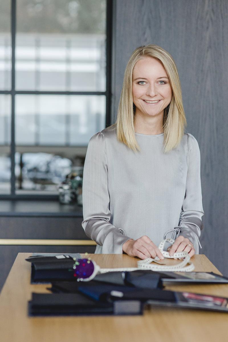 Modernes Portrait einer Mitarbeiterin der Kölner Herrenmaßschneiderei The Bloke | fotografiert von Hanna Witte