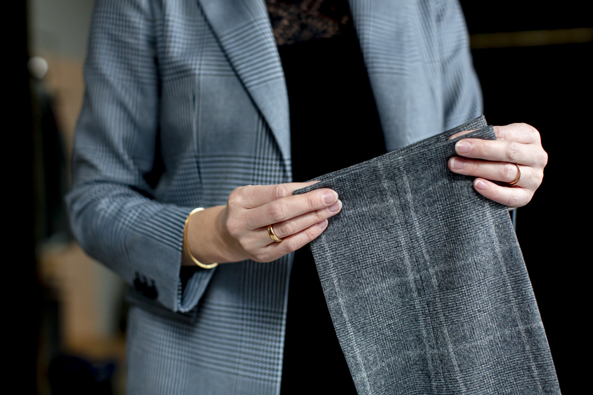 eine Herrenmaßschneiderin von The Bloke arbeitet an einer Herrenhose | fotografiert von Hanna Witte