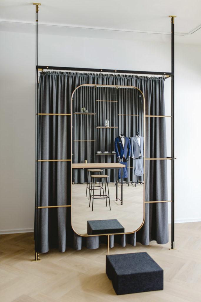 Innenausstattung mit Spiegel und Umkleidekabine von The Bloke in Köln